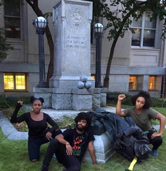 ABD'de protestocular Konfederasyon Anıtı heykelini yıktı