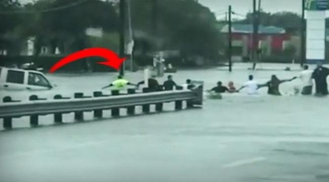 Houston'da selde mahsur kalan yaşlı adam insan zinciri ile kurtarıldı