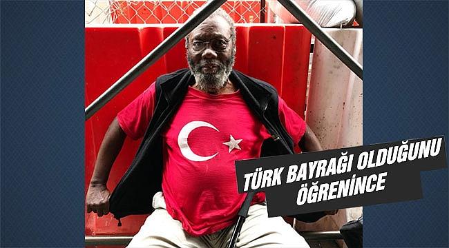 Türk Bayraklı Tişörtü Gururla Taşıyan Siyahi