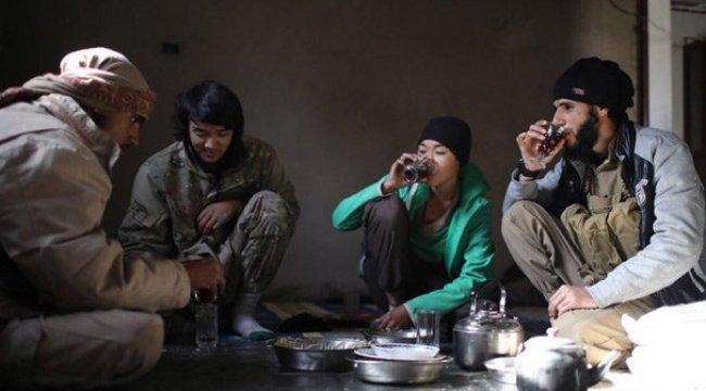 ISIS Militanları Silahlarıyla poz verdiler...