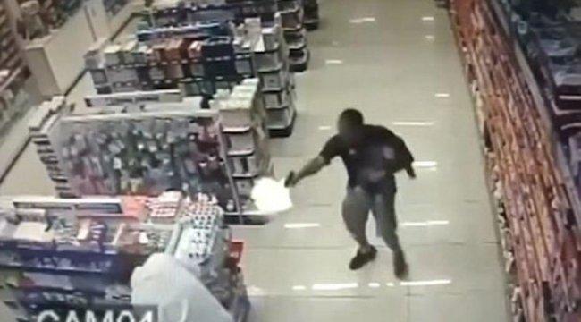 Kucağında bebekle 2 soyguncuya saldırdı!