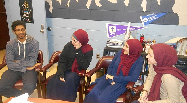 Müslüman Öğrenciler Eğitim ile Nefreti Dövüştürüyor