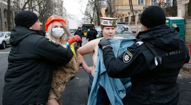 Ukrayna'da FEMEN sahne aldı! Kiev'de protesto...