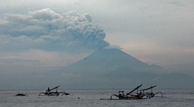 Yanardağın kapattığı havalimanı açıldı, turistler kurtuldu