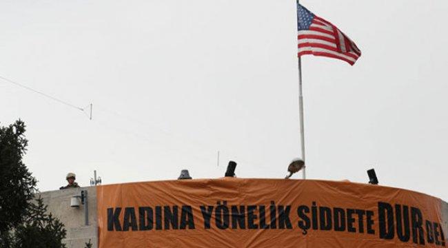 ABD Büyükelçiliği önünde gösteri! Amerikan askeri çatıda