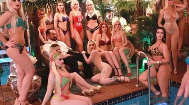 Adnan Oktar 17 bikinili kedicik ile poz verdi