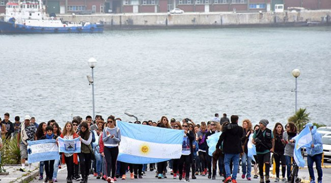 Arjantin'de kayıp denizcilerin yakınlarından protesto