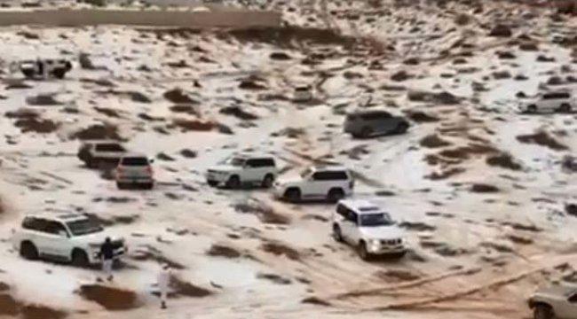 Birleşik Arap Emirlikleri'nde çöle kar yağdı...