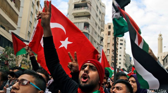 Türk bayrağı açtılar!