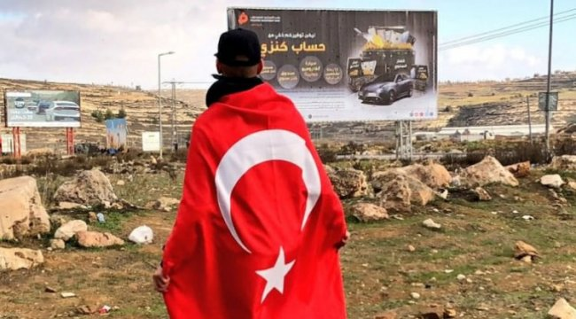 Türk bayraklı gencin kim olduğu belli oldu