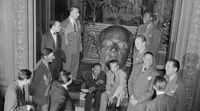 Washington'da Atatürk Büstü Önündeki Siyahiler