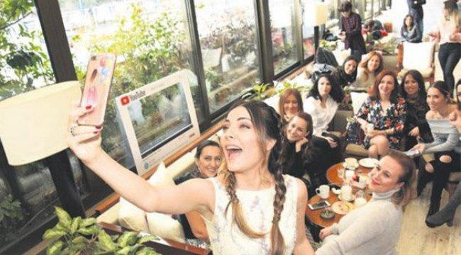 Burcu Kara'dan kutlama selfie'si