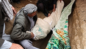 Afganistan'da kurbanlar toprağa veriliyor