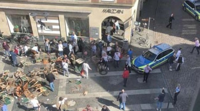Almanya'da bir araç kalabalığı ezdi