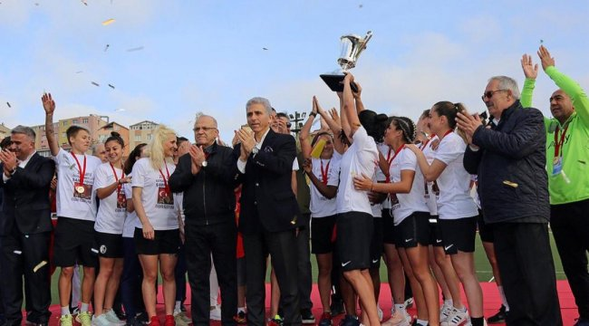 Ataşehir Belediyespor kupasını aldı