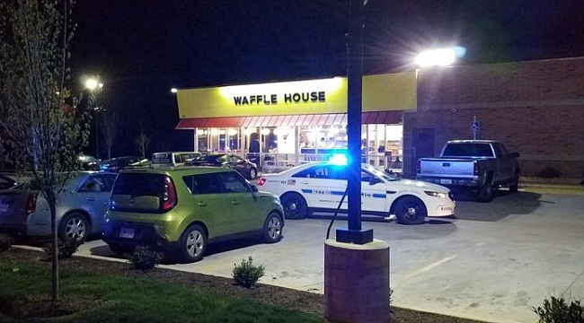 Çıplak adam Kafede 3 kişiyi öldürdü