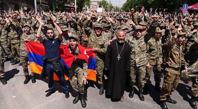 Ermenistan'da asker sokağa indi ve Sarkisyan istifa etti!