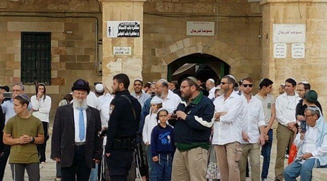 Fanatik Yahudiler Mescid-i Aksa'nın avlusuna girdi