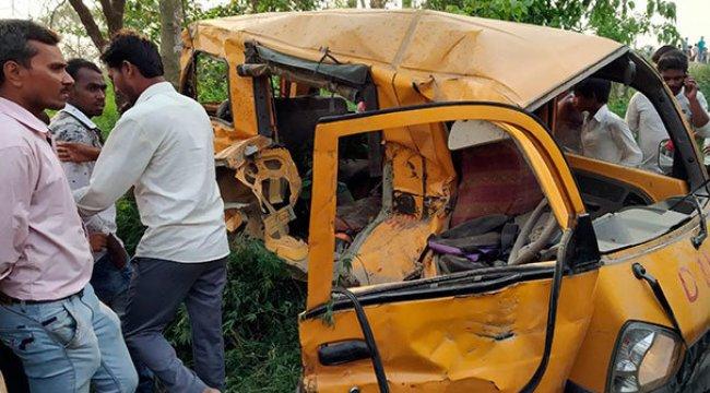 Hindistan'da tren okul servisine çarptı: 14 ölü