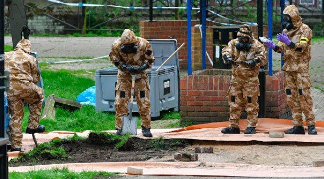Maskeli İngiliz askerler parkı kazıyor!