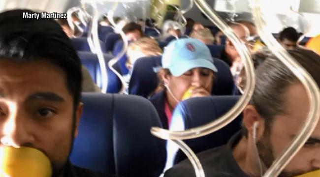 Uçağın Camı Patlayınca Acil İniş Yaptı