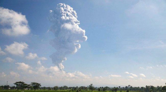 Merapi Yanardağı yeniden patladı