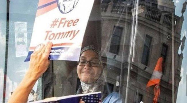 Başörtülü şoförün kullandığı otobüs İslam karşıtlarınca kuşatıldı