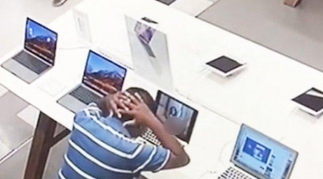 Mağazada porno izlerken yakalandı!