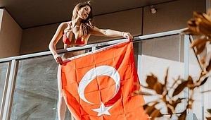 ABD'li Ünlü Manken Türk Bayrağı Açtı