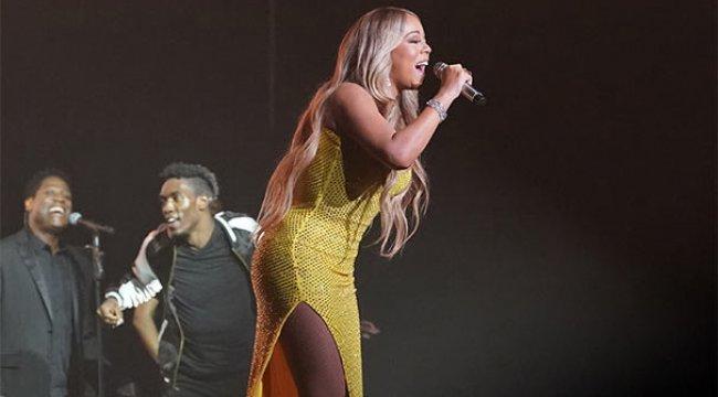 Mariah Carey elbisesiyle göz kamaştırdı