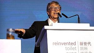 Gates konuşma yaptığı sahneye insan dışkısıyla çıktı