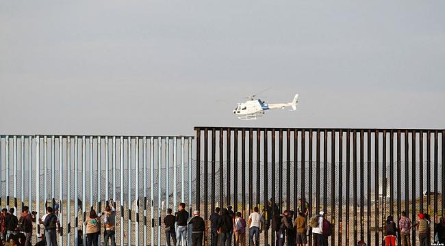 Göçmenler Amerika-Meksika Sınırında