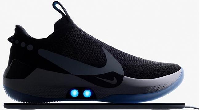 Nike'ın bağcığını kendi bağlayan Ayakkabısı