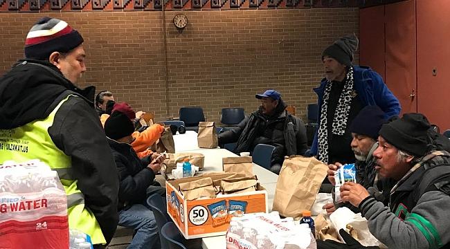 Zekat Vakfı Chicago'da Soğukta Yemek Dağıttı