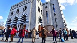 Cuma Namazında Camiyi Koruyan Kanadalılar