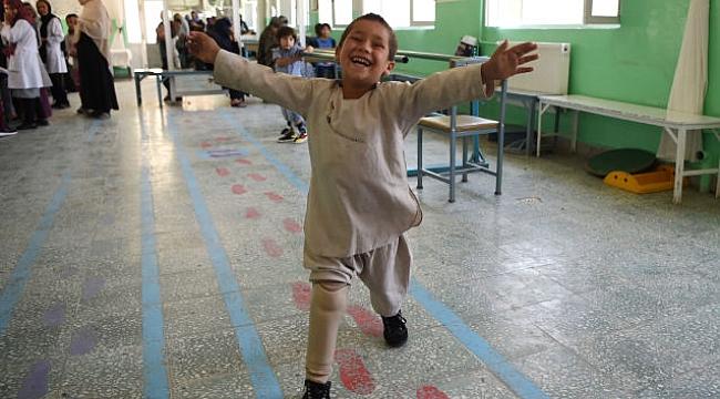 Afgan Çocuğa Protez Bacak Takılınca...