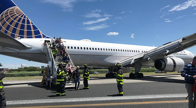 New Jersey'de Uçağın Lastikleri Patladı