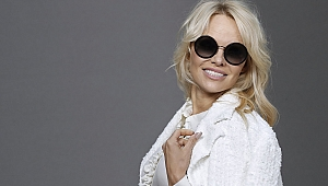 Pamela Anderson Susamam Şarkısını Paylaştı