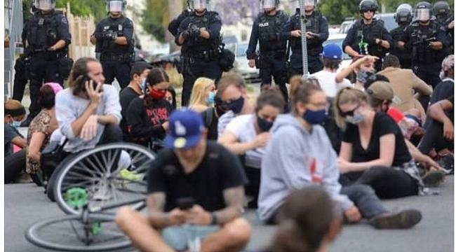 Chicago'da Eylemciler ile Polis Arasında Arbede