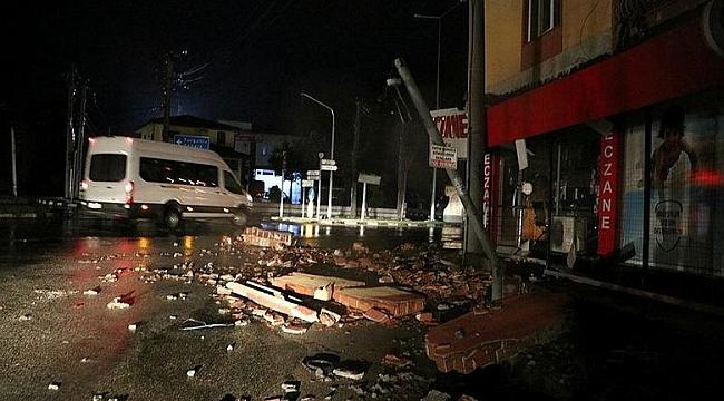 Manisa'da şiddetli fırtına bölgeyi savaş alanına çevirdi!
