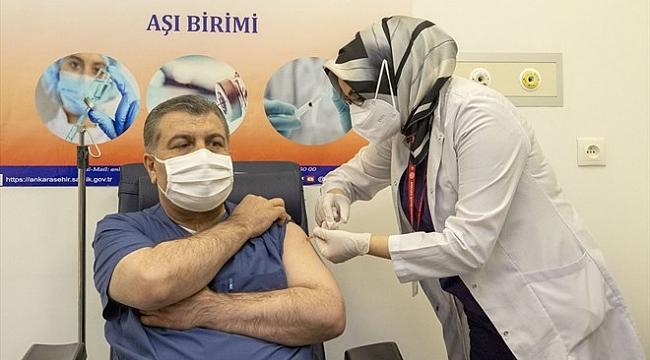 Sağlık Bakanı Fahrettin Koca'ya Canlı Yayında Aşı
