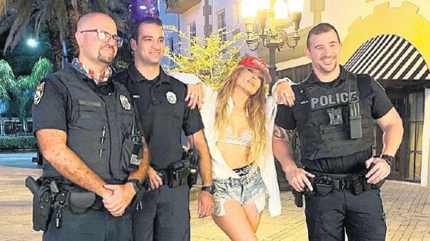 Polislerle poz verdi