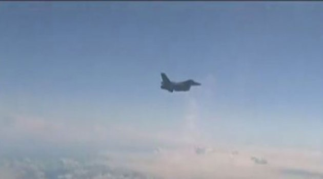 NATO jetinin, Rus Bakan'ı taşıyan uçağa yaklaştığı anlar