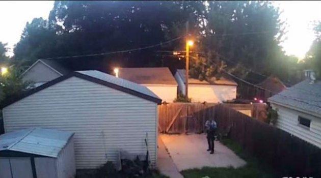 Polis, bahçedeki köpekleri suratından vurdu