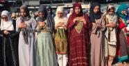 20 bin Kadın Namaz için Sahaya indi
