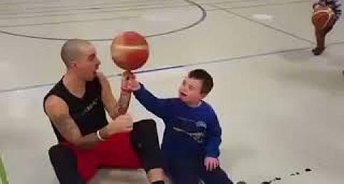Down sendromlu çocuğu basketbol topu sevinci www.abdpost.com