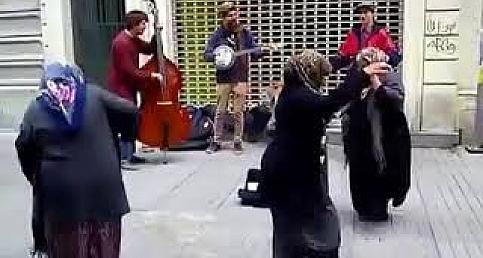 Hayat kısa Teyzeler uçuyor Yaşasın müzik ve dans www.abdpost.com