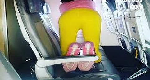 Seth Roberts Uçakta Yoga yapan Kadın www.abdpost.com